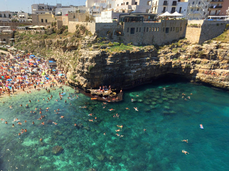5 praias lindas na Puglia que você tem que conhecer - Lama Monachile - Polignano a Mare
