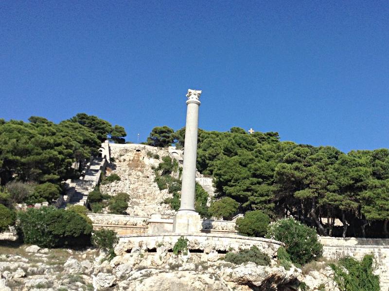 Santa Maria di Leuca é a ponta do salto da bota - coluna romana e a escadaria monumental