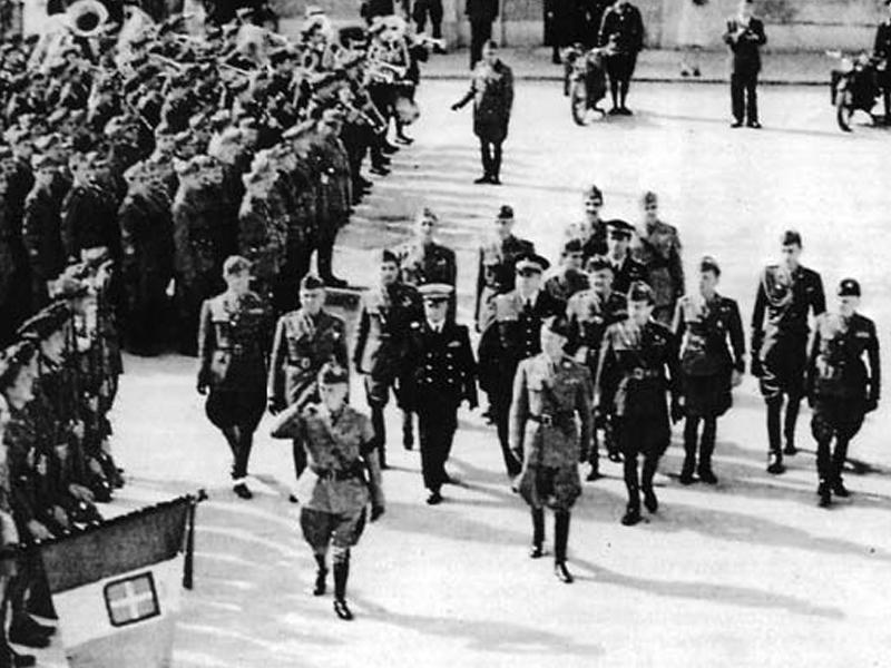 Vittorio Emanuele III e seu exército em Brindisi