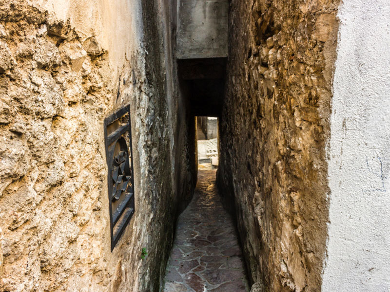 Vicolo del bacio, a rua do beijo, em Vico del Gargano