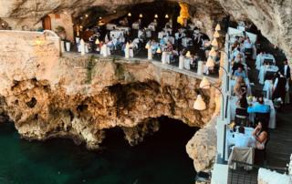 Grotta Palazzese é um restaurante na gruta de Polignano a Mare